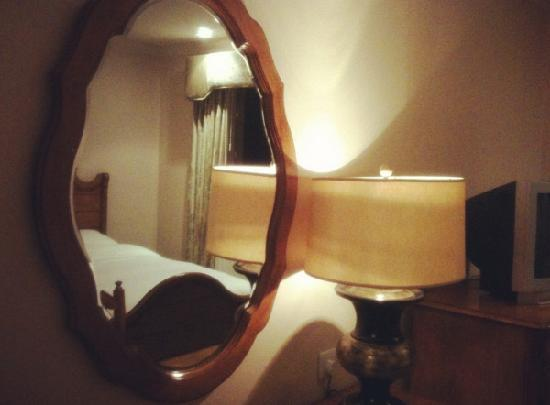 Newbury Hotel : Lovely mirror and lamp.