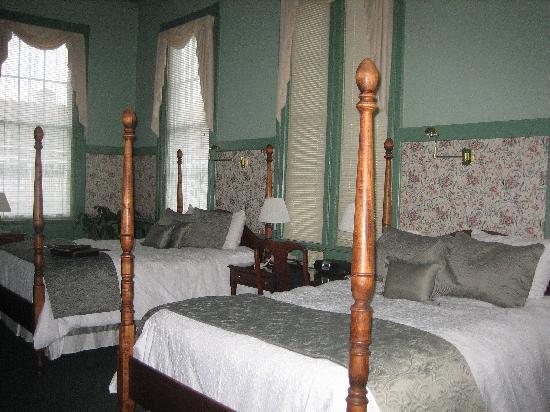 Chambery Inn: Room 203