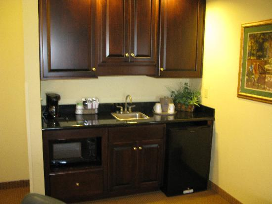 Hampton Inn London-North: Kitchenette Area of King One Bedroom Suite
