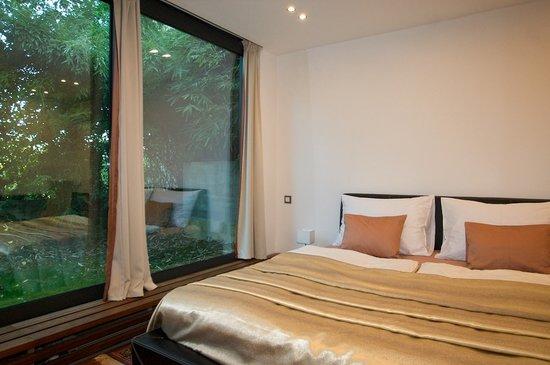Hotel President Pantovcak: President Pantovcak: large comfy bed and glass wall