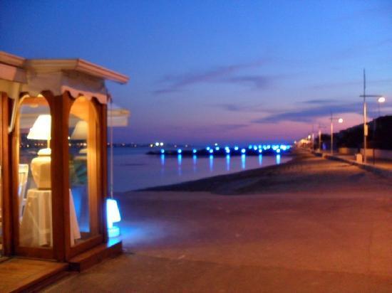 Balaruc-les-Bains, France: A gauche, la terrasse couverte sur le quai