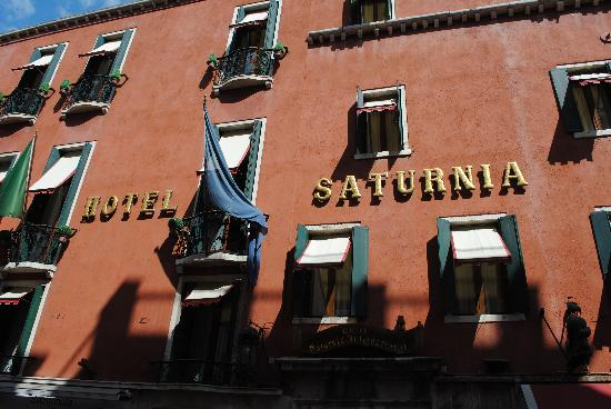 Hotel Saturnia & International: entrance to the hotel