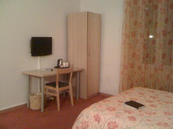 Hotel du Marche: armadio vestiti e scrivania