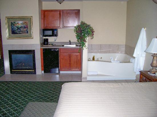 Warwick Inn & Suites: Delux Suite