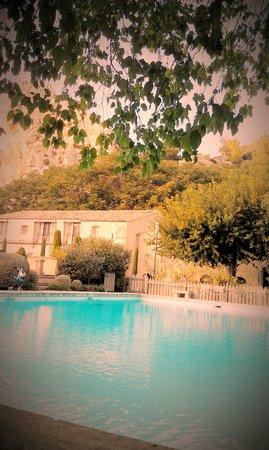 Oustau de Baumanière : view of the main house (mani=oir) from the pool