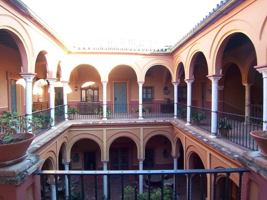 Casa Palacio de Carmona: the patio, with the open first floor gallery