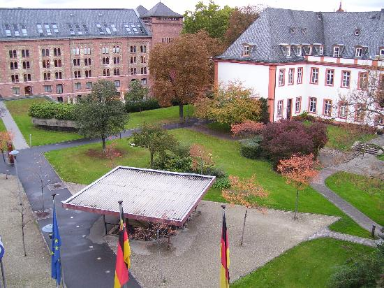 Hilton Mainz City: View from 3rd floor facing front of hotel overlooking city park