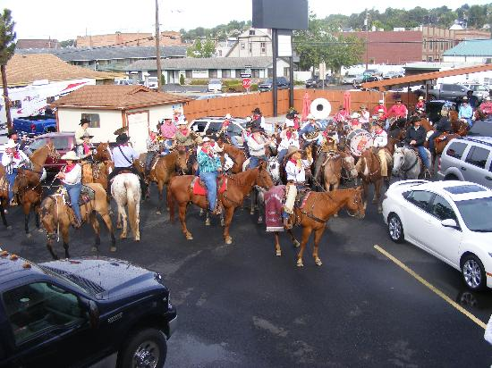 Knights Inn Pendleton: Mounted horse band concert during Round-Up!