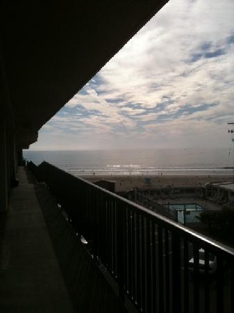 Edgewater Inn & Suites: beach from breezeway