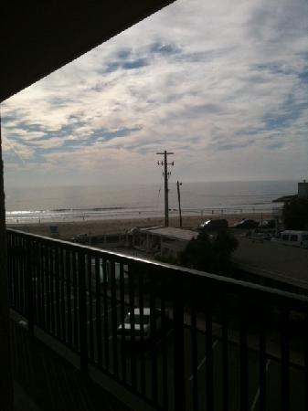 Edgewater Inn & Suites: beach from window of room