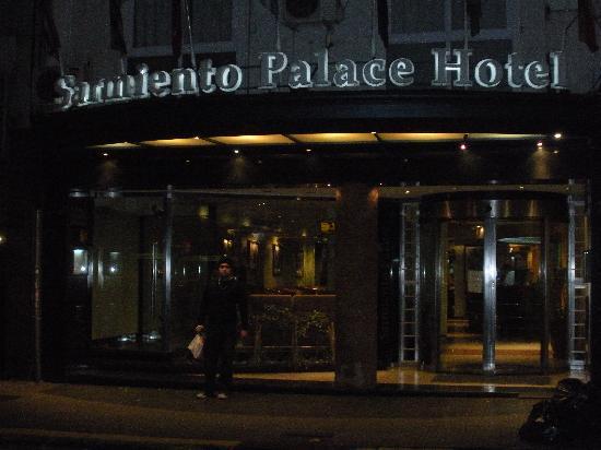 Sarmiento Palace Hotel: Eu na porta do Hotel 2 da manhã