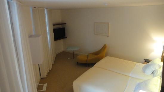 هوتل سانتا ماريا: The bed, the TV and one nice chair