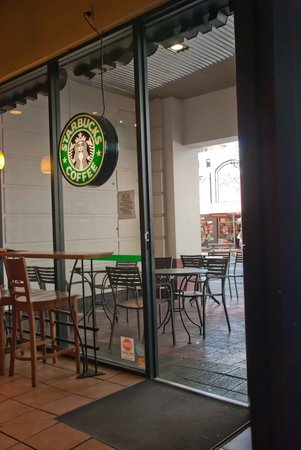 Starbucks at The Majestic Centre : Outside seating on Willis Street