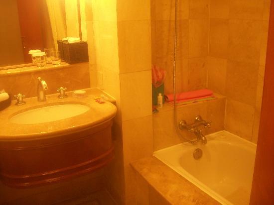 Richmonde Hotel Ortigas: Deluxe room bathroom