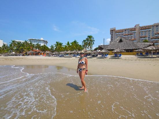 Holiday Inn Resort Ixtapa : The beach in front of the hotel is beautiful.h