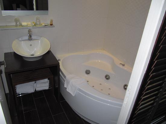 Hotel Courcelles Etoile : excellent bathtub