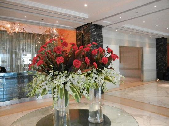 Taj Club House: Lobby flowers
