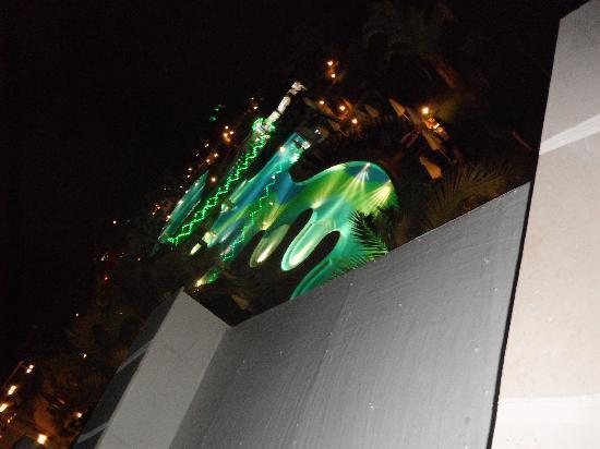 Sherwood Breezes Resort: Pool at night