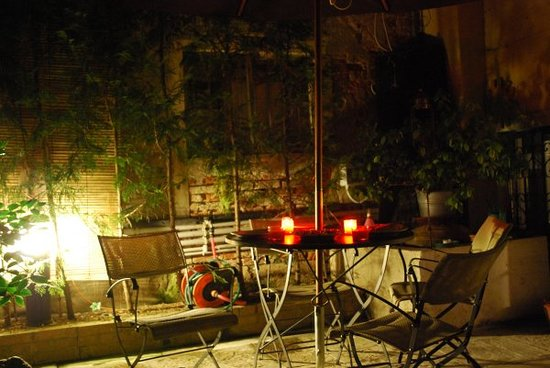 Corte 1321 : The courtyard at night for evening meal