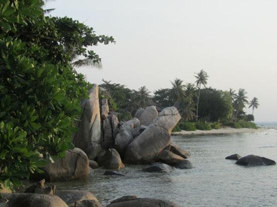 Nikoi Island: Granite boulders on beach
