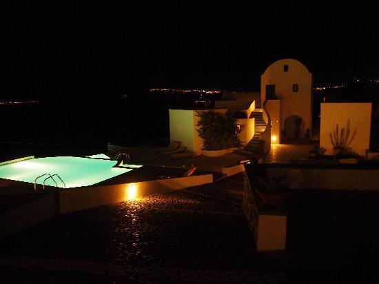 Apanemo: ライトアップされたプール