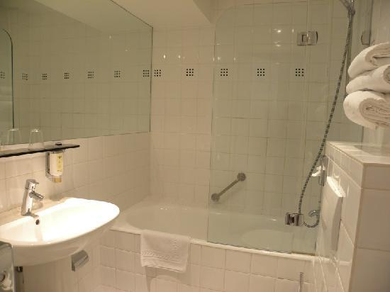 Clean bathroom picture of hotel hannong strasbourg tripadvisor for What do hotels use to clean bathrooms