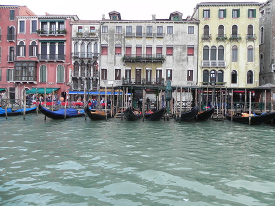 Gran Canal: Grand Canal - Gondolas parked