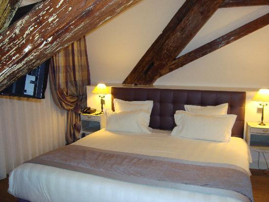 Letto king size - Picture of Hotel Cour du Corbeau Strasbourg ...