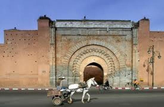 Marrákes, Marokkó: Marrakech (Arabic: مراكش Murrākush), known as the Pearl of the South or South Gate and City or T