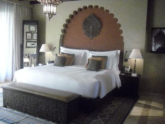 Qasr Al Sarab Desert Resort by Anantara: Lose yourself in the very comfortable bed!
