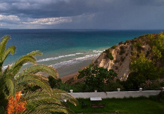Agios Stefanos, Grecia: View from balcony - the cliff path to beach runs through the valley