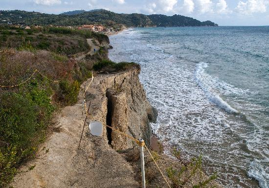 Agios Stefanos, Yunanistan: Cliff path to Arillas - now quite dangerous - may not last another winter?