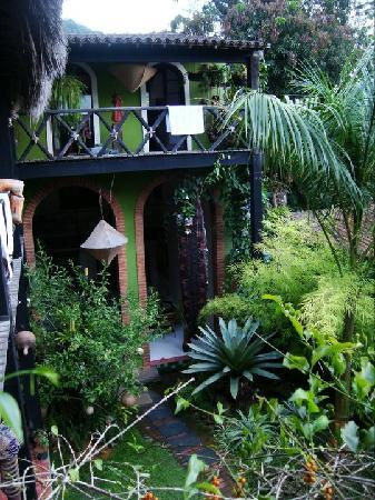 Pousada vivenda das Bromelias: la entrada al hotel vista desde la puerta del cuarto