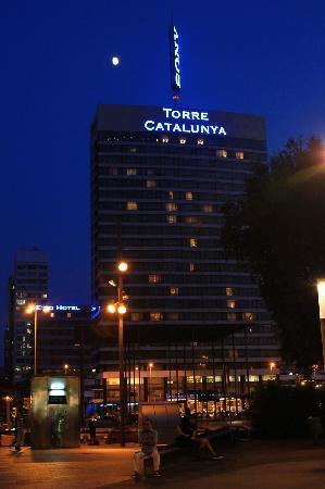 แกรนทอร์เรคาทาลันยาโฮเต็ล: The hotel at night from Avenida Roma