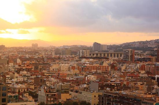 แกรนทอร์เรคาทาลันยาโฮเต็ล: Sunset view from our room, Camp Nou in the distance