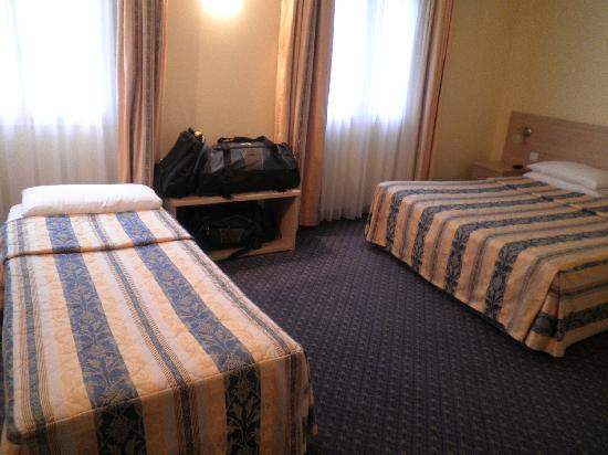 Hotel Les Cigales : Double and single bed