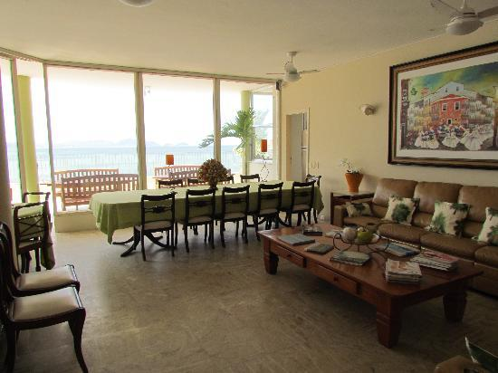 Rio Guest House ( Marta's Guest House): Lounge 2 with breakfast table