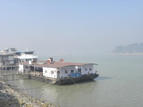 Riverview Guest House : Ferries for Umananda, near to Aditya Riverside