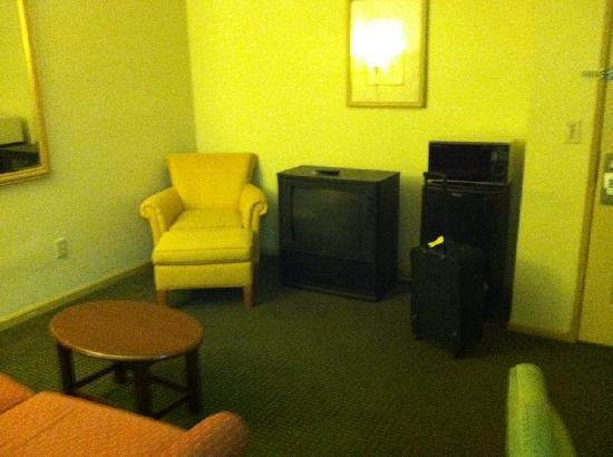 Quality Inn & Suites: Living room space which was a really nice plus