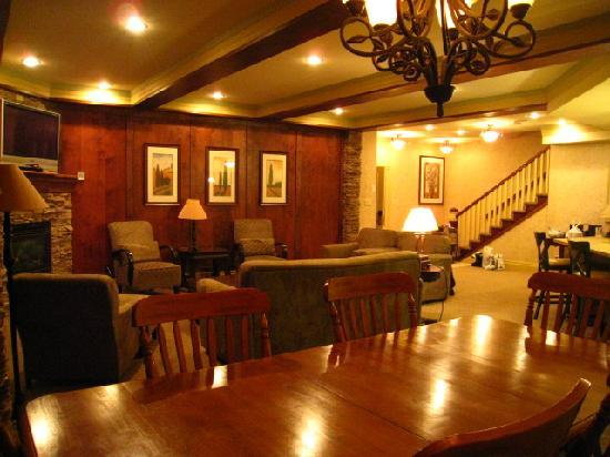Georgian Bay Hotel & Conference Centre: Dining and Living room