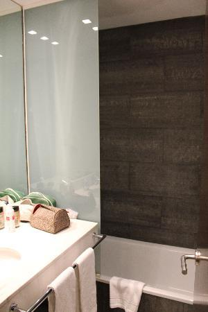 Hotel Actual: Bathroom - small but complete