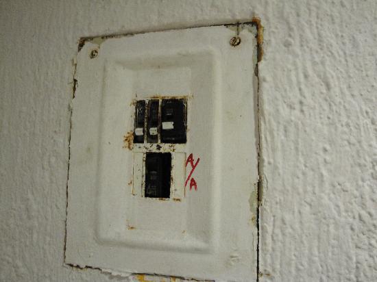 Solymar Cancun Beach Resort : caja de luz donde había que prender y apagar servicio de aire y luz
