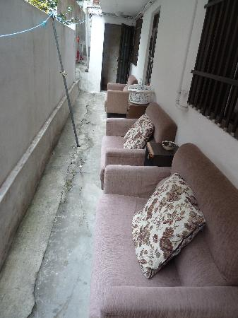 Windroad Guesthouse: Sofas outside