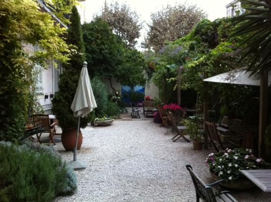 Nice Garden Hotel: View of the charming garden. An oasis behind a busy street!