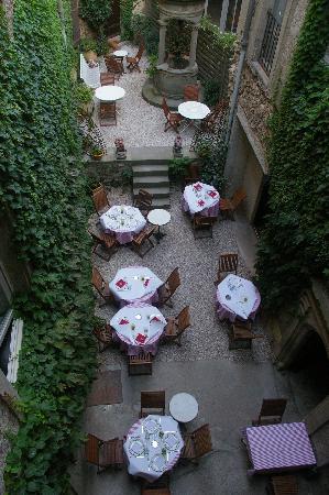Hotel d'Alibert: Court yard restaurant - ce beau