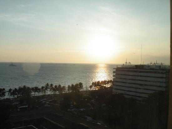 New World Manila Bay Hotel: 部屋からの夕焼けです