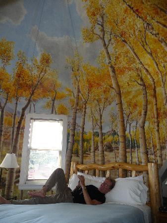 Queen Anne Bed & Breakfast: enjoying the room