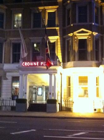 คราวน์พลาซ่าลอนดอน เคนซิงตัน: hotel at night