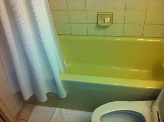 Etonnant The Fairmont Empress: Old Yellow Tub   Am I At Grandmau0027s House?
