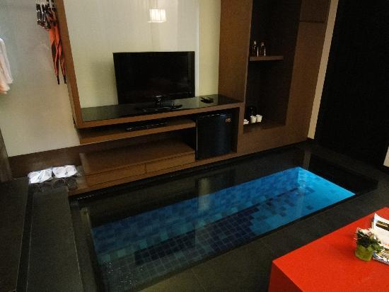 Z Through By The Zign: ガラスを床につけて水面が見れるようになっています。